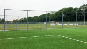 Was kostet ein Kunstrasenplatz? - Kunstrasen Sportplatz Kosten: Neubau oder die Sanierung eines Kunstrasenplatzes